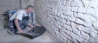 Vkladanie dodatočnej hydroizolácie pri podrezávaní muriva