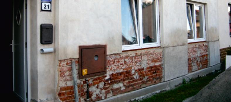 Vlhký sokel domu bez omietky