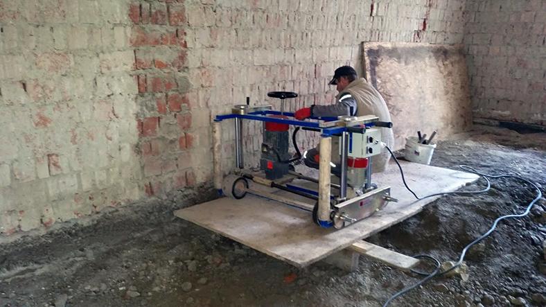 Podrezávanie tehlového muriva strojovou pílou